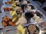 Fat med smakbryggor - vit/ljus/mörk choklad, ananas, päron, vispgrädde, valnötter, torkade frukter, honung